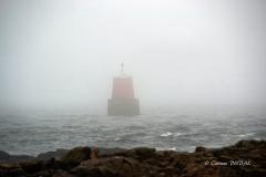 Balise de Kerpenhir sous le brouillard